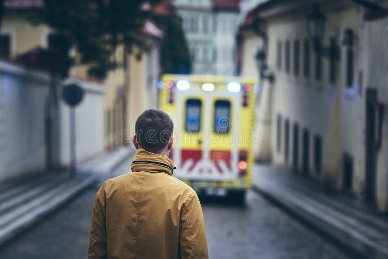Homem que olha deixando o carro da ambulância imagem de stock royalty free