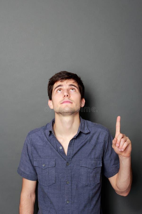 Homem que olha e que aponta até o espaço da cópia imagens de stock