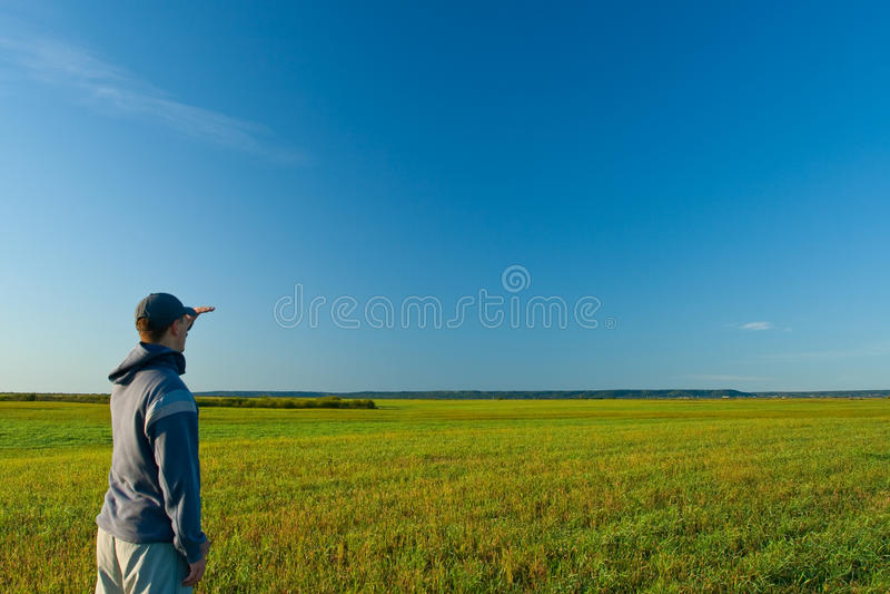 Homem que olha faraway fotografia de stock royalty free