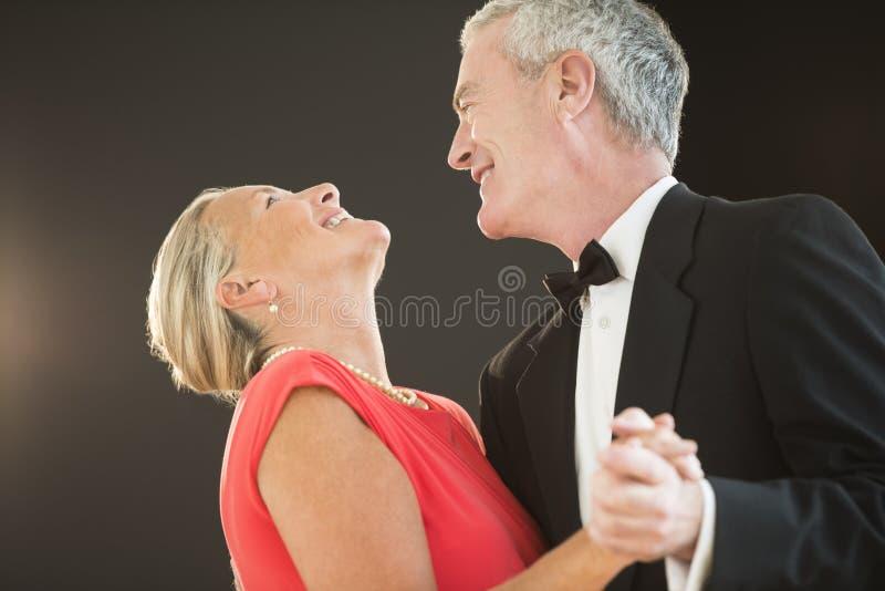 Homem que olha a mulher ao dançar foto de stock