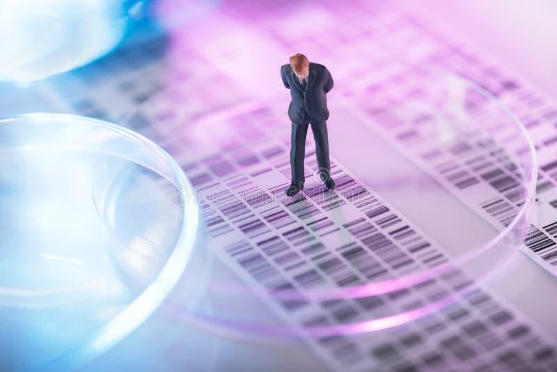 Homem que olha o gel do ADN imagens de stock royalty free