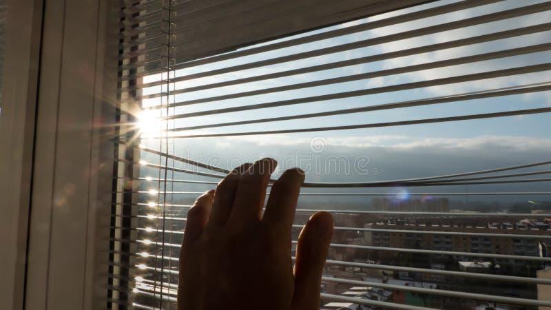 Homem que olha o nascer do sol fotografia de stock