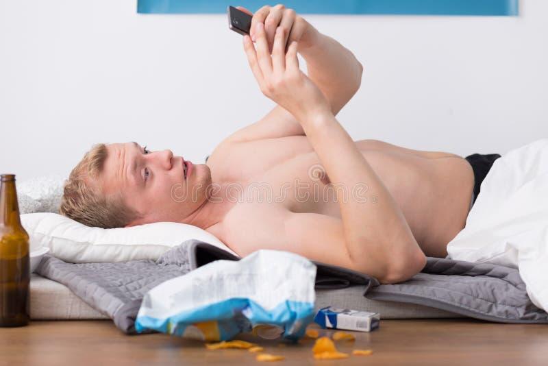 Homem que olha o telefone fotografia de stock royalty free