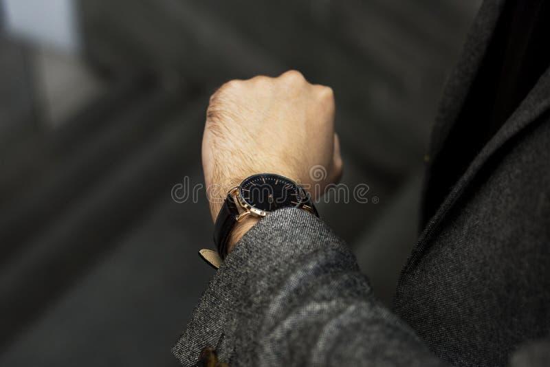 Homem que olha seu relógio fotografia de stock