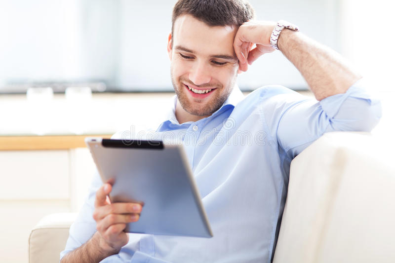 Homem que olha a tabuleta digital