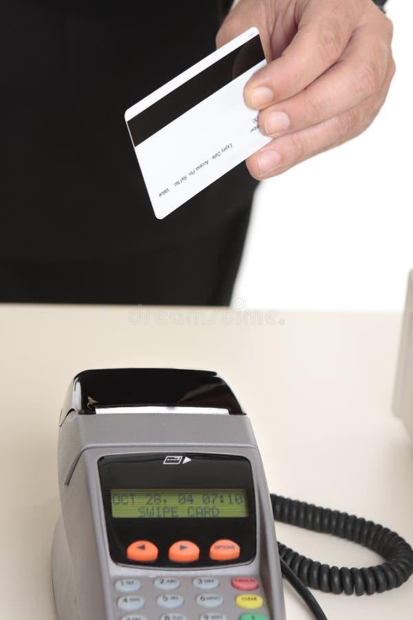Homem que paga com cartão imagens de stock royalty free