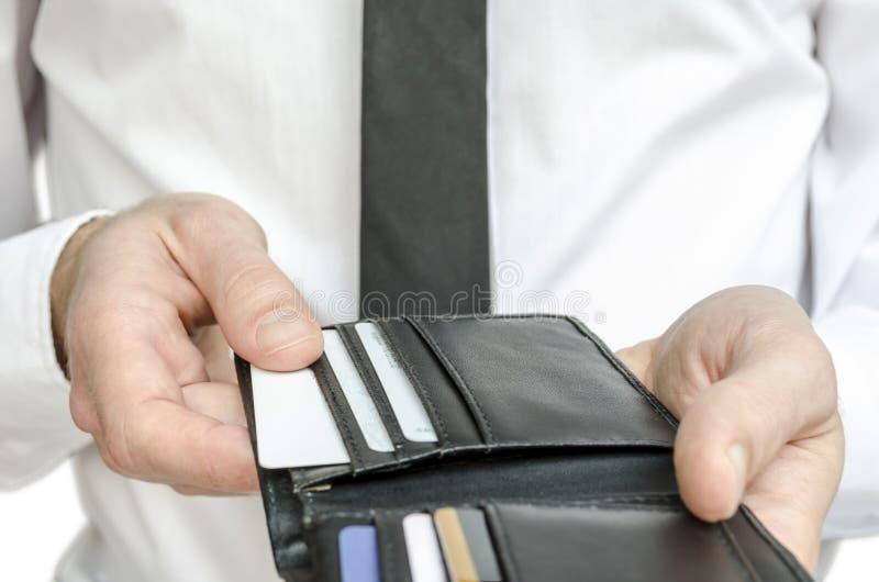 Homem que paga com cartões de crédito imagens de stock royalty free
