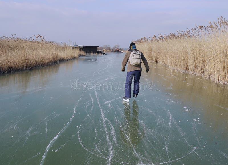 Homem que patina no lago congelado fotos de stock royalty free