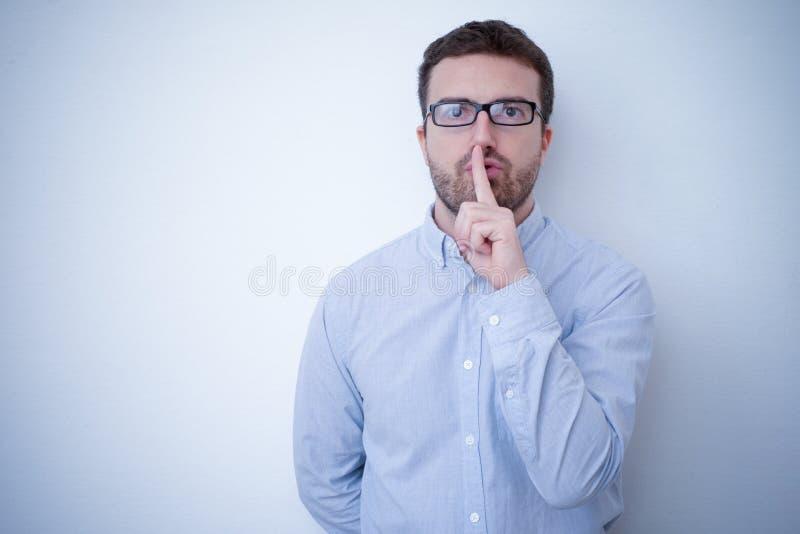 Homem que pede o silêncio imagens de stock royalty free
