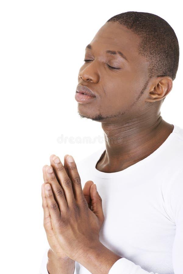 Praying do homem imagem de stock