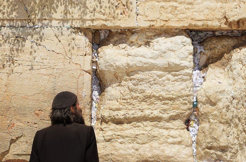 Homem que Praying na parede ocidental imagens de stock