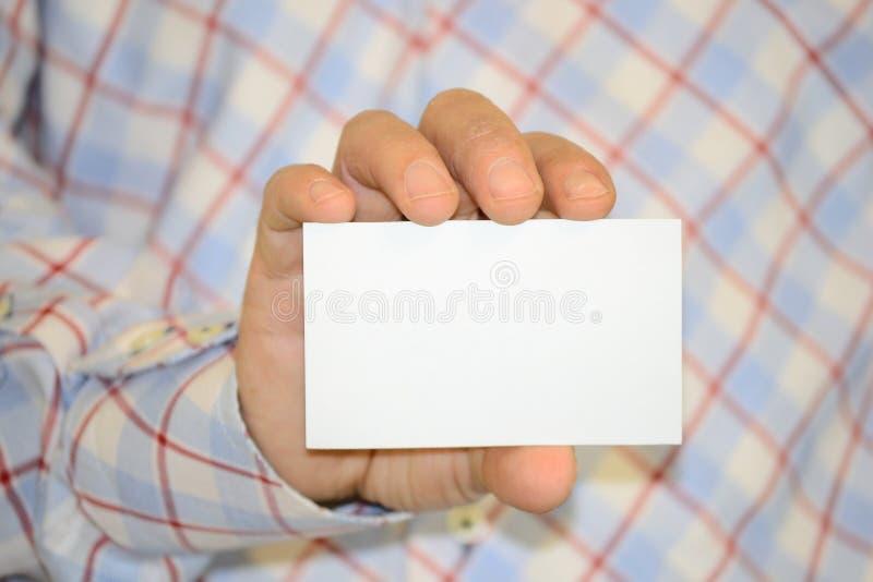 Homem que prende o cartão em branco foto de stock royalty free