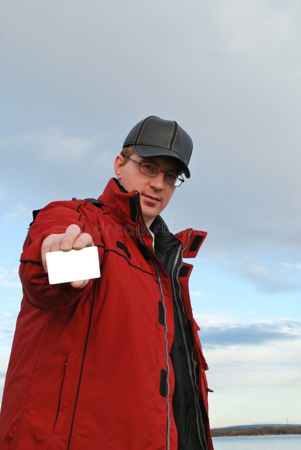 Homem que prende o cartão em branco fotos de stock