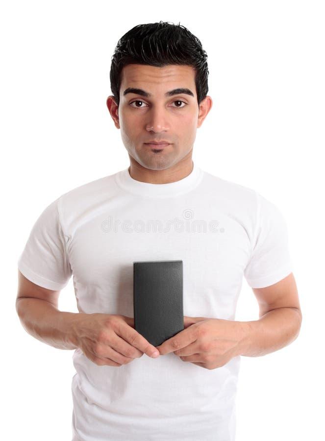 Homem que prende seu produto de varejo fotos de stock