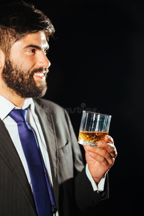 Homem que prende um vidro fotografia de stock