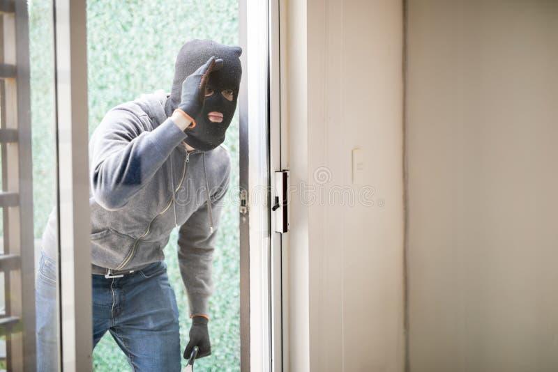 Homem que prepara-se para roubar uma casa fotografia de stock royalty free