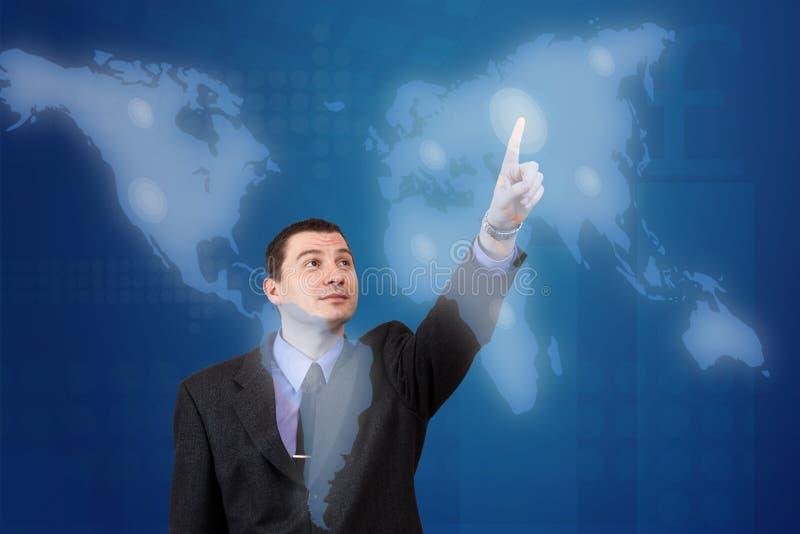 Homem que pressiona um mapa digital foto de stock