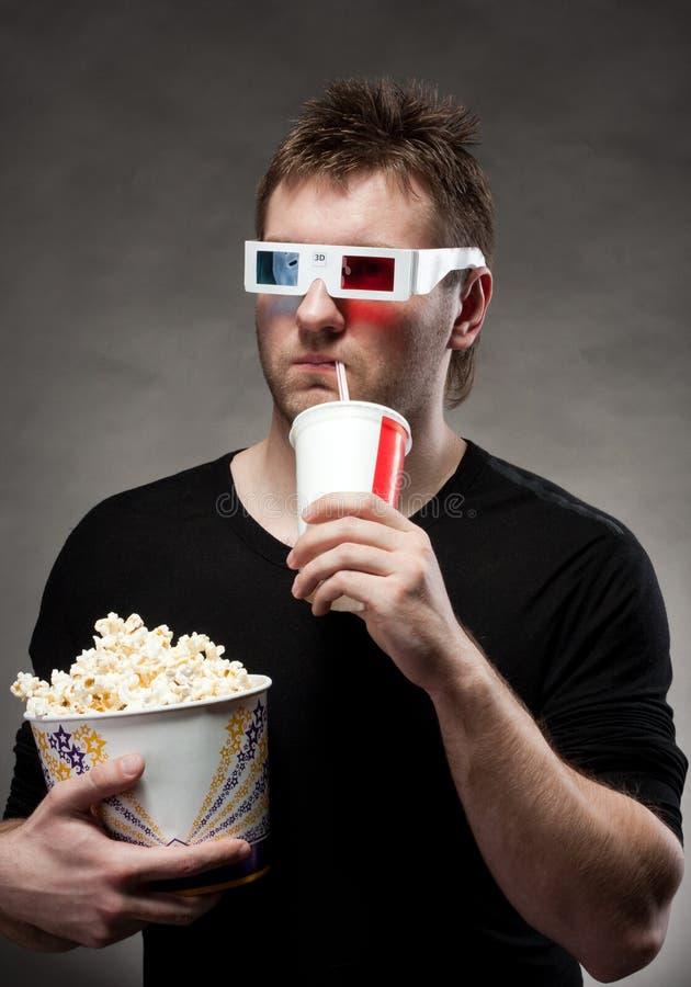 Homem que presta atenção ao filme 3D imagens de stock royalty free