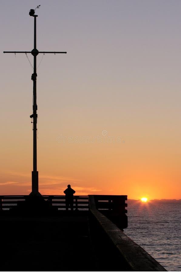 Homem que presta atenção ao sol levantar-se imagens de stock royalty free