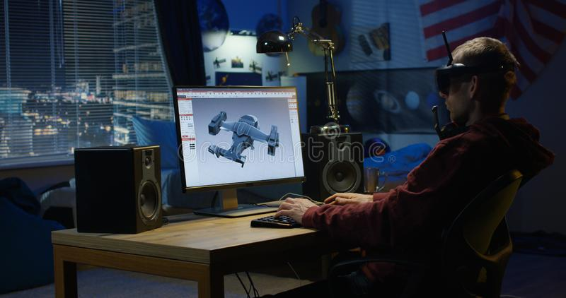 Homem que projeta o avião em um computador imagem de stock