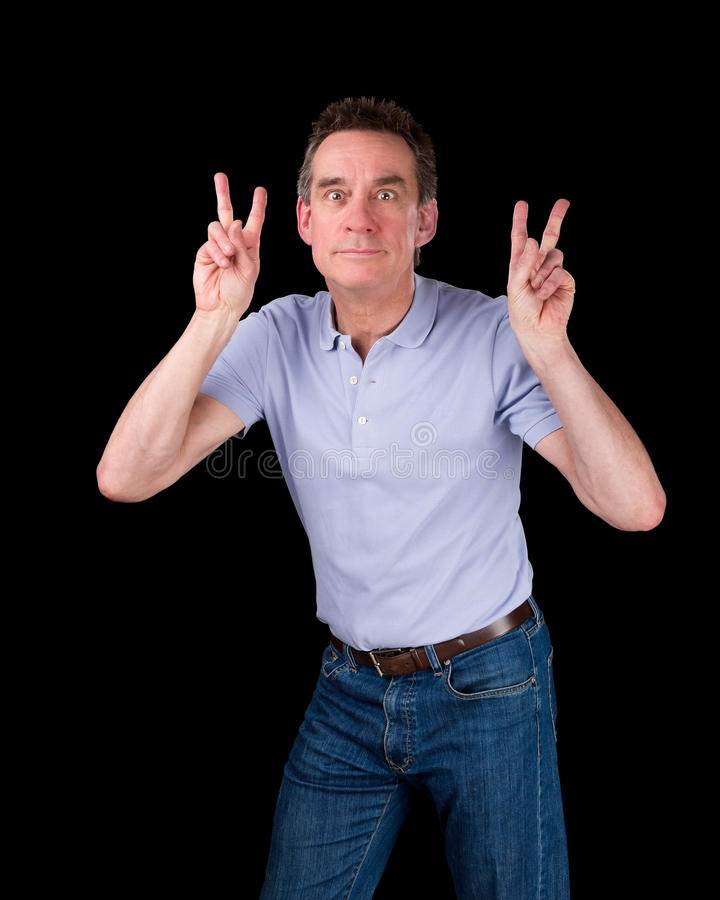 Homem que puxa a cara que faz o sinal de dois dedos imagem de stock