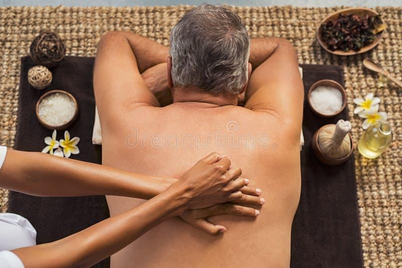 Homem que recebe a massagem traseira imagens de stock