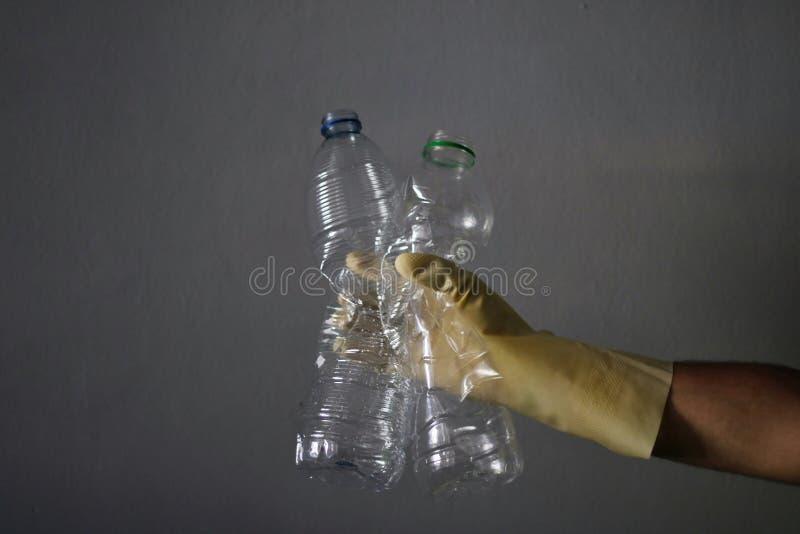 Homem que recicla algumas garrafas plásticas imagem de stock royalty free