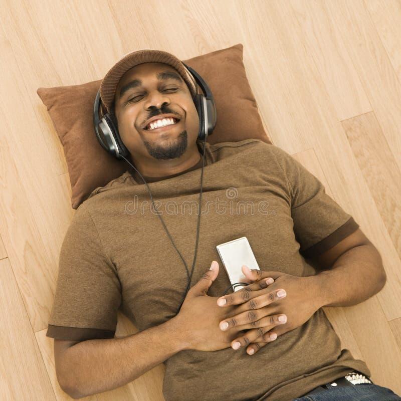 Homem que relaxa à música. foto de stock royalty free