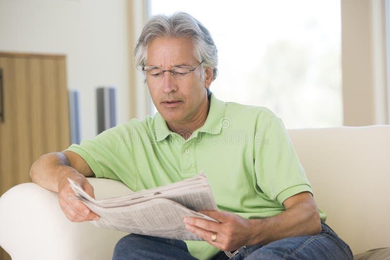 Homem que relaxa com um jornal fotos de stock