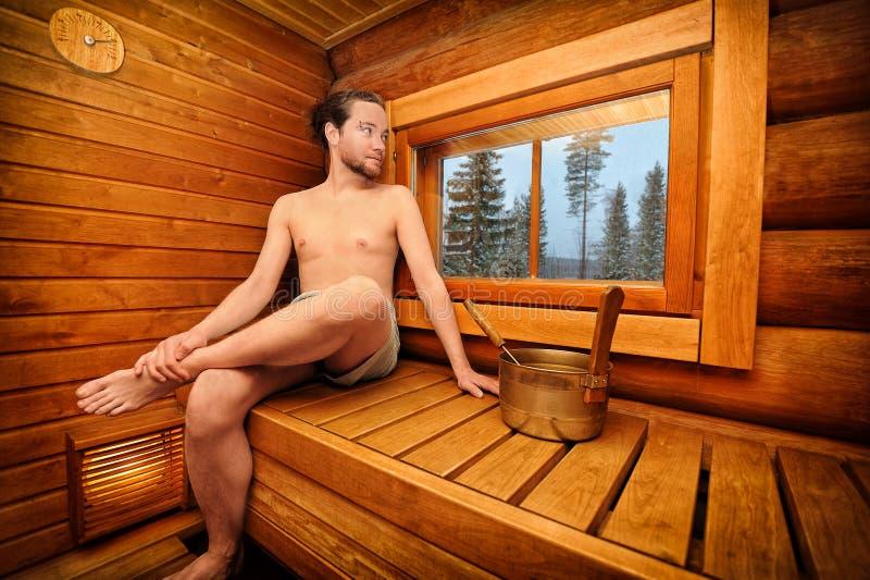 Homem que relaxa na sauna imagens de stock royalty free