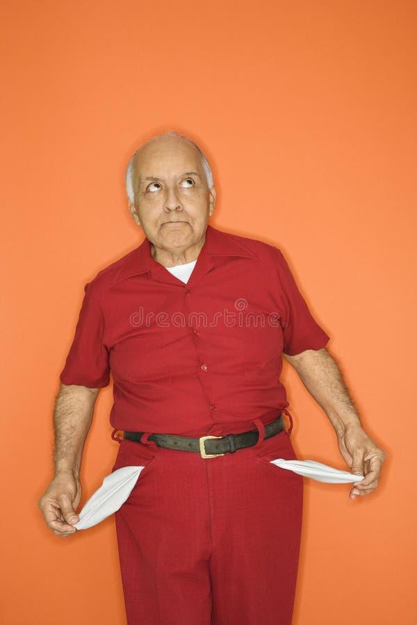 Homem que retira bolsos vazios. imagem de stock royalty free
