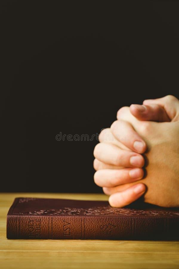Homem que reza com sua Bíblia fotos de stock