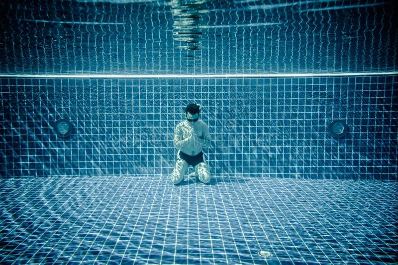 Homem que reza sob a associação de água fotos de stock royalty free