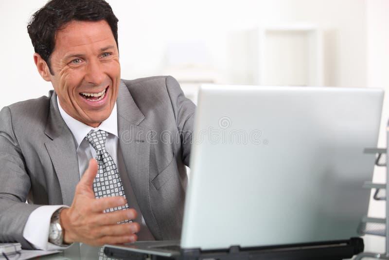 Homem que ri histèrica fotografia de stock