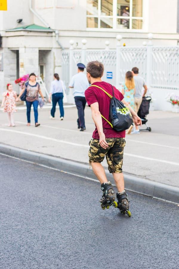 Homem que rollerblading cidade de Cheboksary, Rússia, 20/08/2017 fotos de stock royalty free