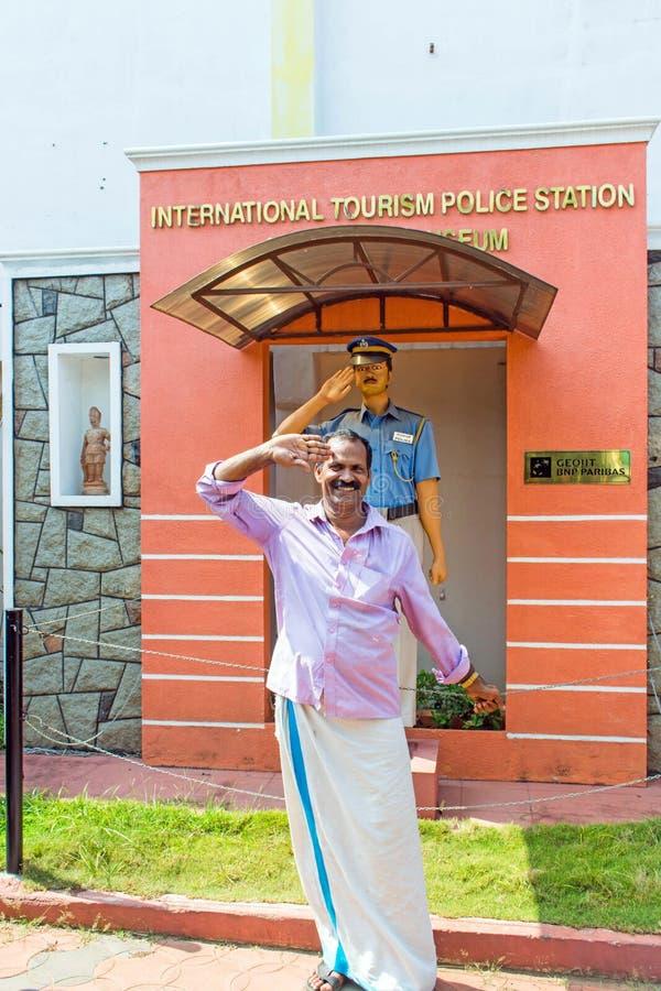 Homem que sauda na frente da delegacia do turismo e do museu internacionais da polícia fotografia de stock
