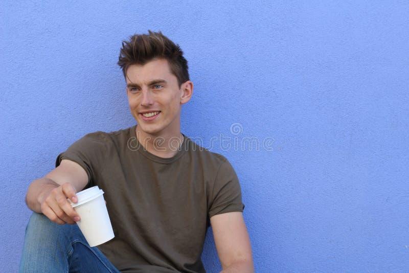 Homem que senta-se com para ir xícara de café fotografia de stock royalty free