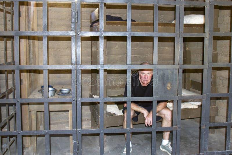 Homem que senta-se na cadeia velha do tempo fotos de stock