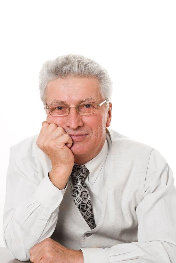 Homem que senta-se pensativa de encontro a um branco imagem de stock royalty free