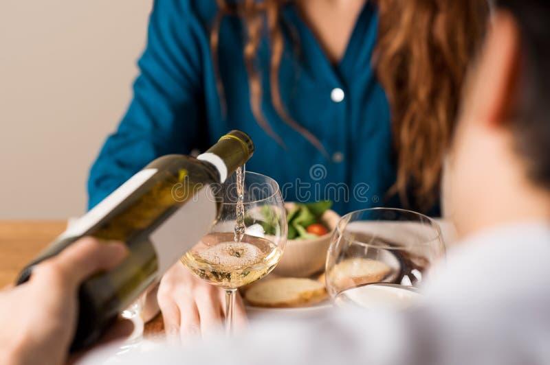 Homem que serve o vinho branco imagens de stock royalty free