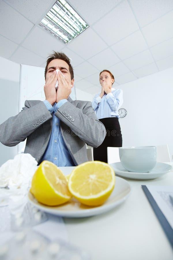 Homem que sneezing fotografia de stock