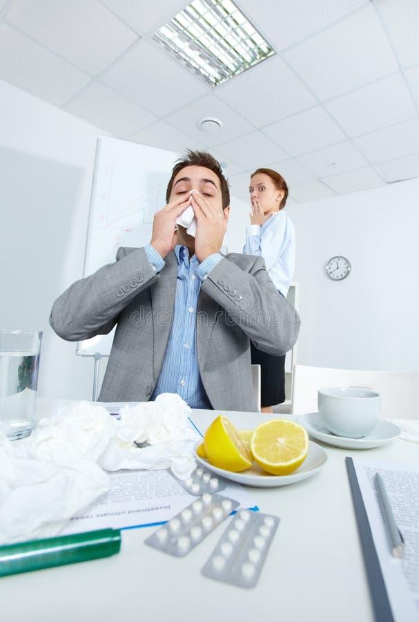Homem que sneezing fotos de stock royalty free