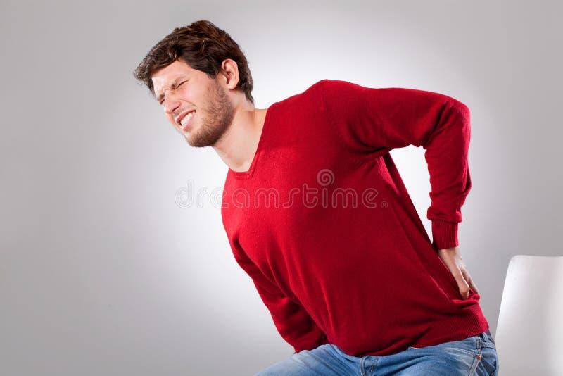 Homem que sofre da dor lombar imagens de stock
