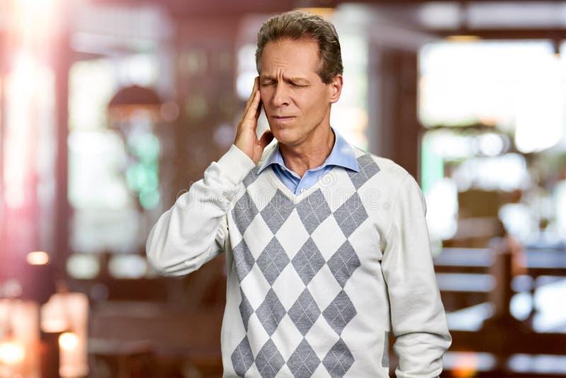 Homem que sofre da dor principal fotografia de stock