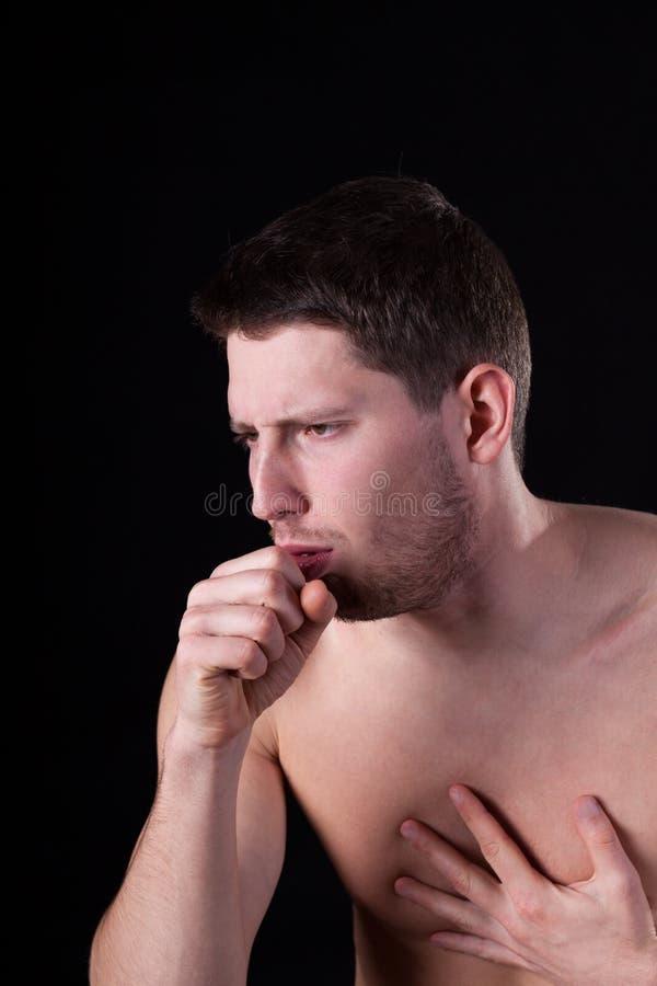 Homem que sofre da tosse foto de stock