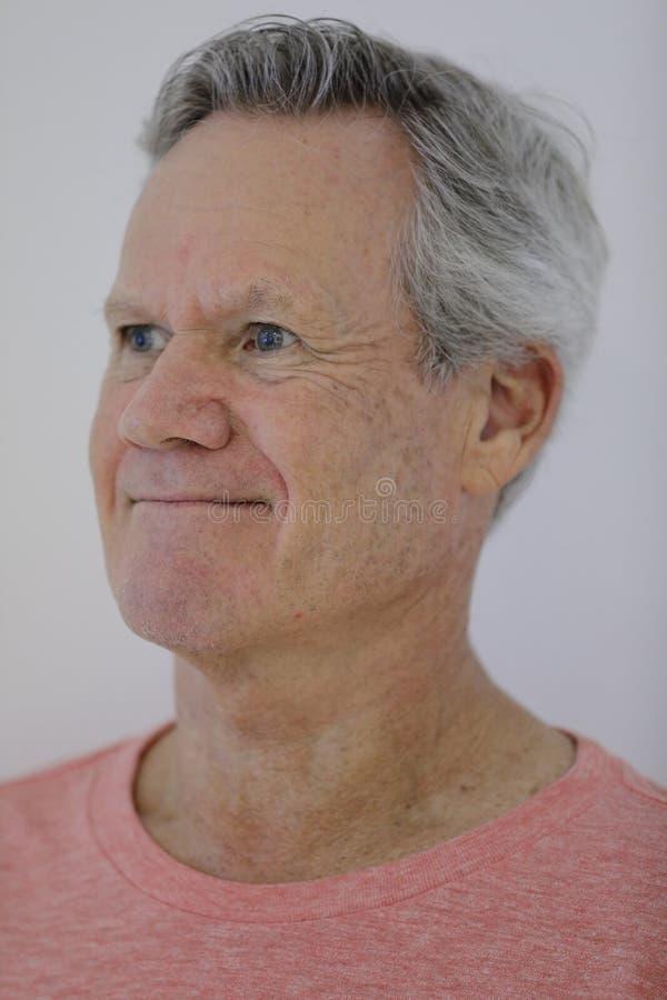 Homem que sorri e que olha fora da câmera imagens de stock royalty free