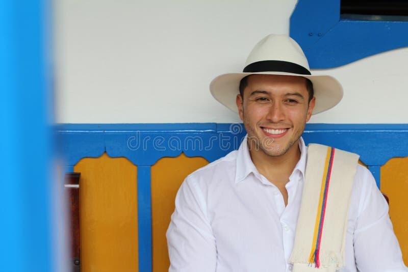 Homem que sorri na casa colonial típica fotografia de stock royalty free