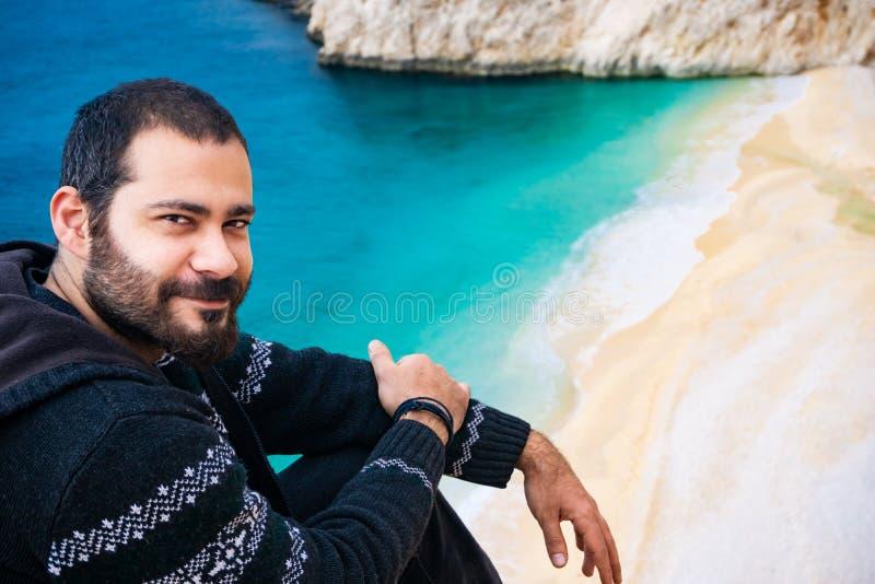 Homem que sorri perto da costa de Kaputa? Praia e litoral de surpresa de Kaputas, Antalya, Turquia O conceito do feriado foto de stock