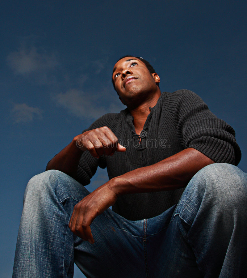 Homem que squatting para a frente foto de stock