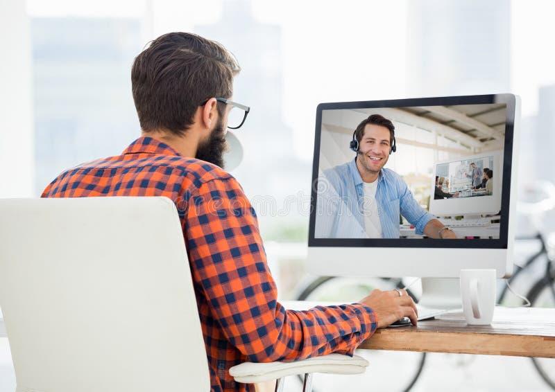 Homem que tem a chamada video com seu colega fotografia de stock royalty free
